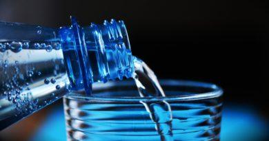Woda  z odrobiną soli i napoje izotoniczne – Pij rano!